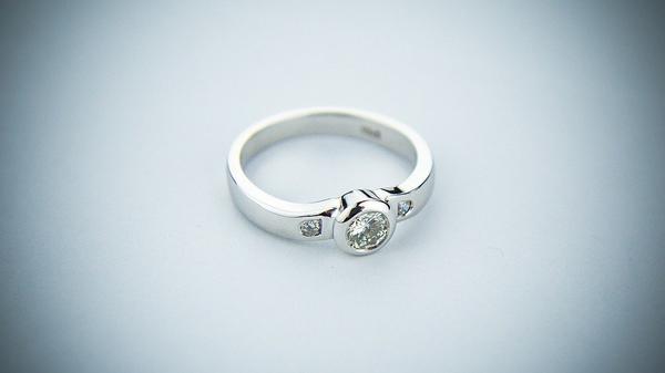 bajeczne pierścionki srebrne z cyrkonią